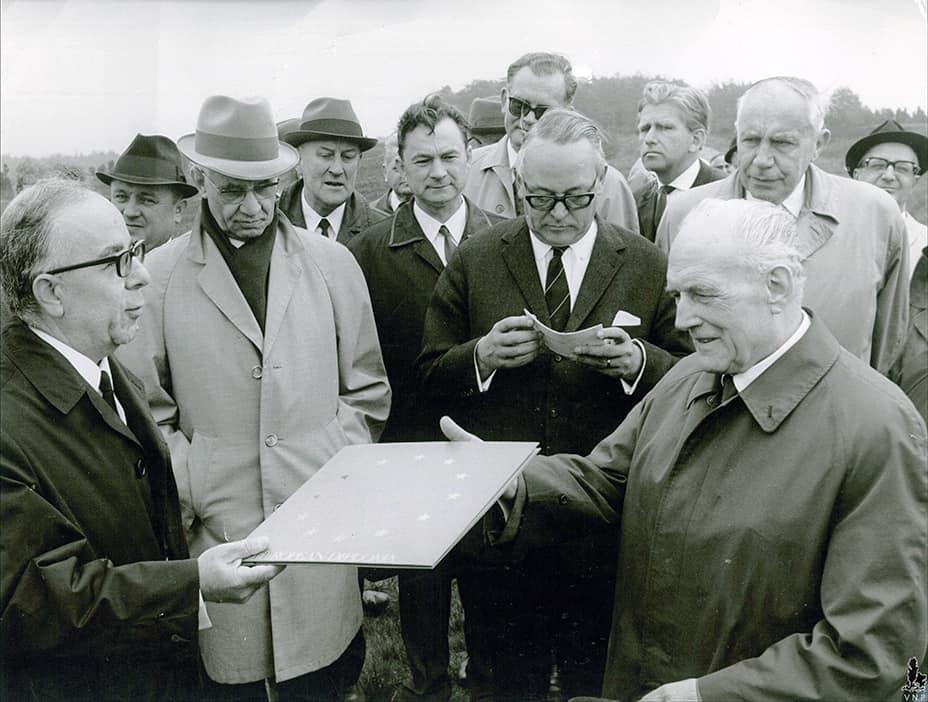 29. Mai 1968: Übergabe der Urkunde auf dem Wilseder Berg. v.l.: Prof. Sur, Kultusminister Langeheine, Senator Kramer, Alfred Toepfer