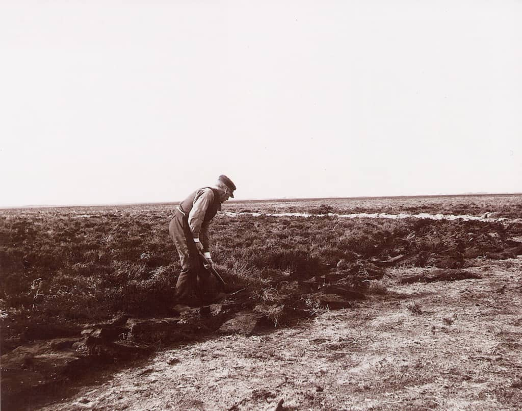Historical photograph: Sod-cutting by hand with the sod-cutting hoe   VNP Stiftung