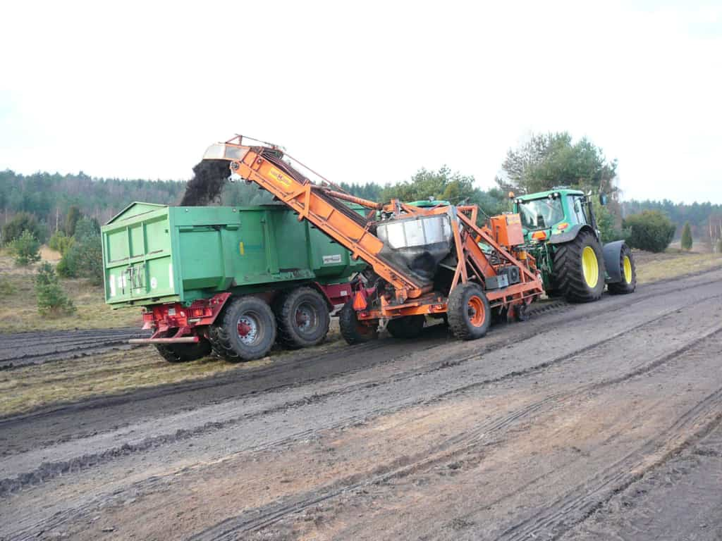 Sod-cutting machine with conveyor belt for overloading   VNP Stiftung
