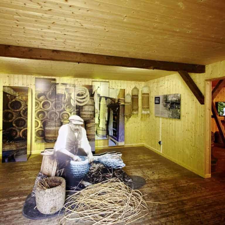 Bienenwelten Niederhaverbeck: Blick in die Ausstellung Heideimkerei   Foto: Burmester