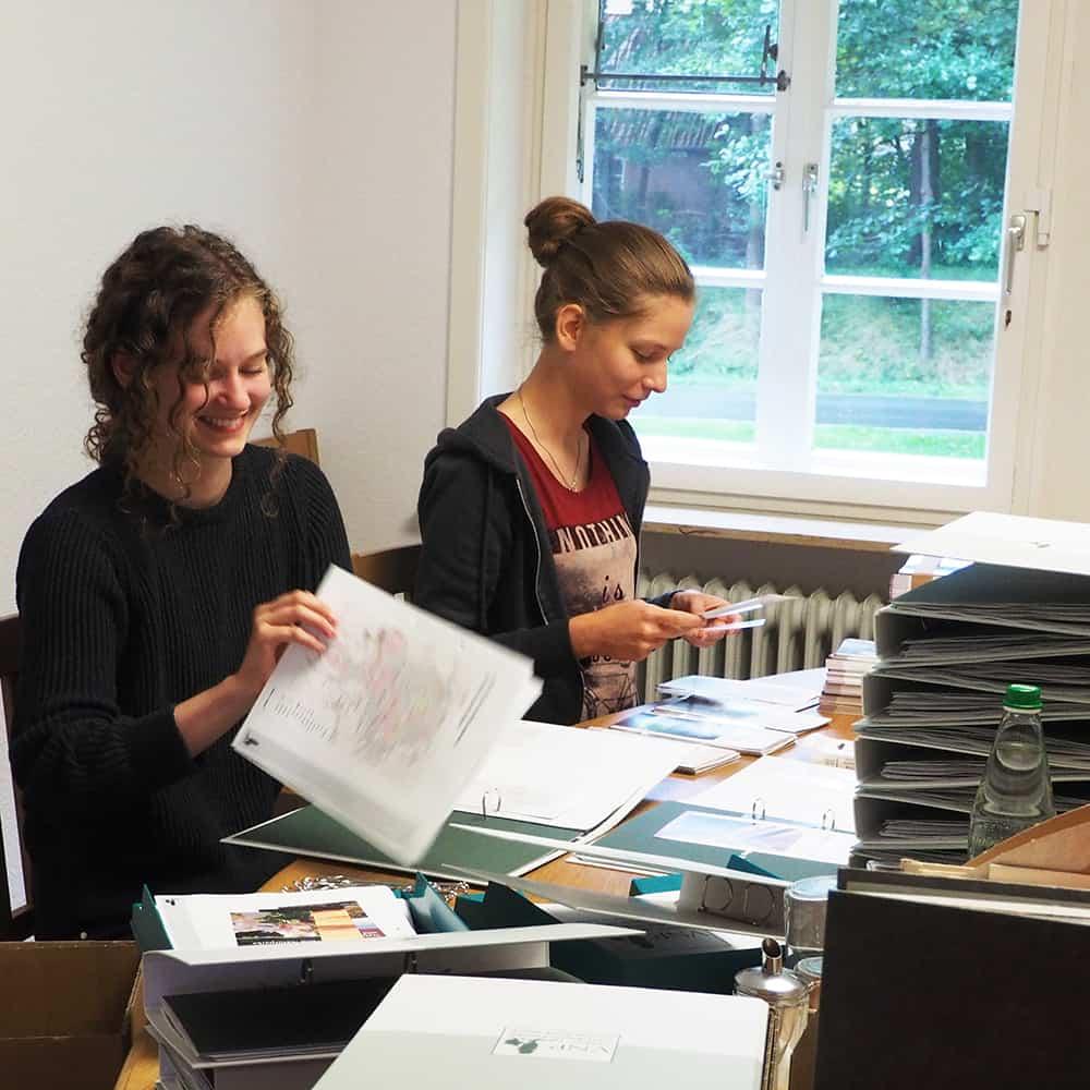 FÖJlerinnen Skadi und Kathi bei der Büroarbeit