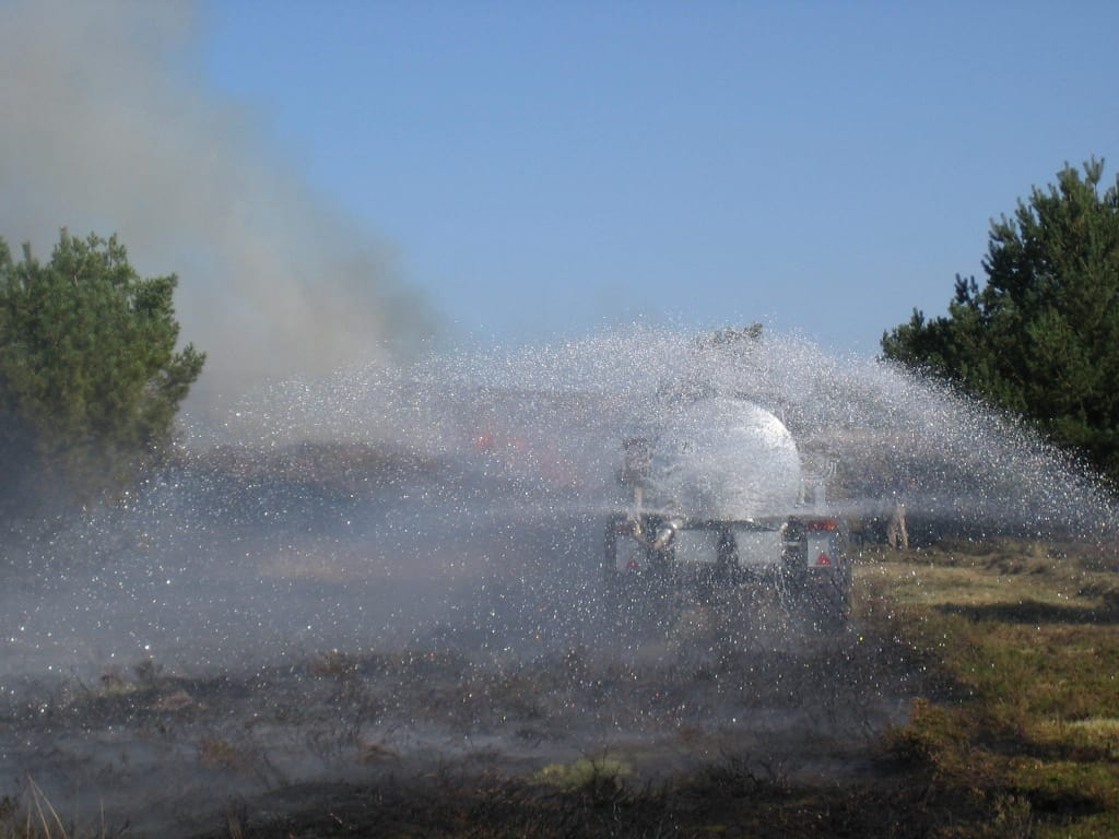 Heidebrand: Löschen des Feuers mit dem Wasserwagen | VNP Stiftung
