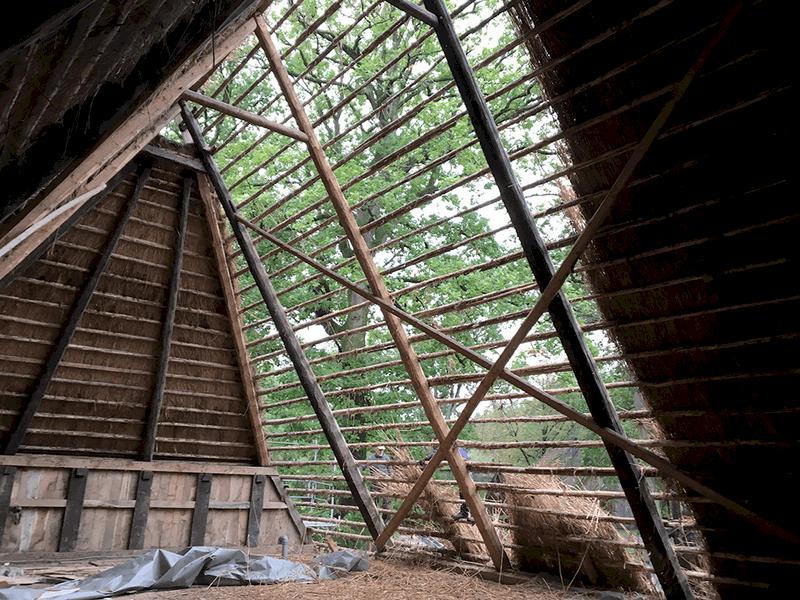 Blick vom Dachboden des Emhoffs nachdem das alte Reet entfernt wurde | VNP Stiftung