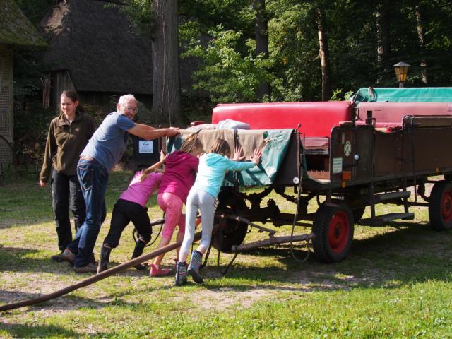 Schulbauernhof Hillmershof Wilsede: Anpacken beim Schieben der Kutsche | Foto: VNP Stiftung Naturschutzpark Lüneburger Heide