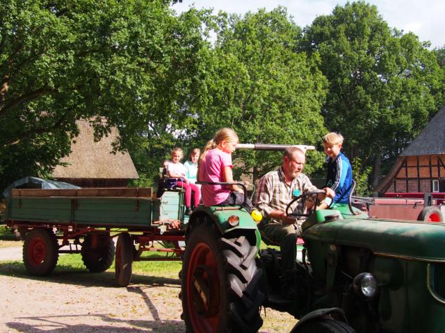 Schulbauernhof Hillmershof Wilsede: Traktor fahren | Foto: VNP Stiftung Naturschutzpark Lüneburger Heide
